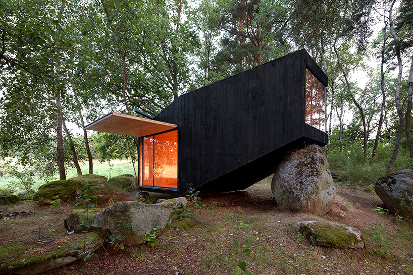 uhlik-architekti-forest-retreat-boulder-designboom-02