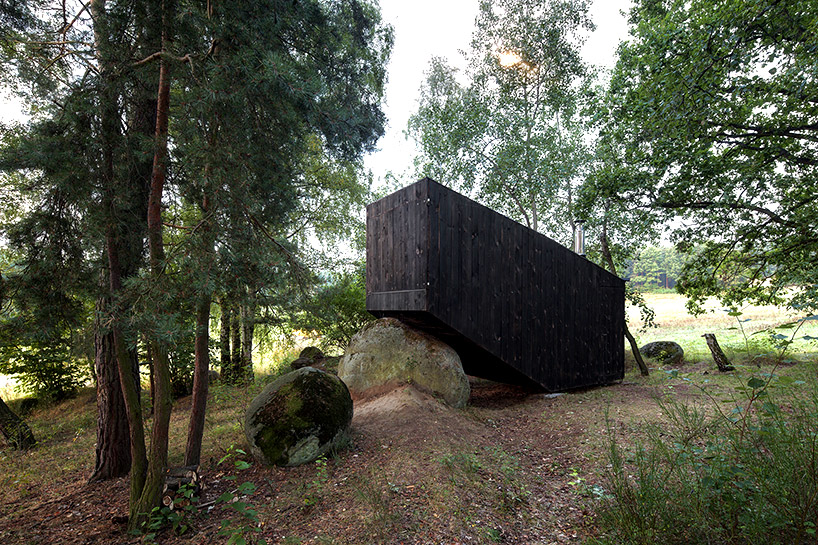 uhlik-architekti-forest-retreat-boulder-designboom-04