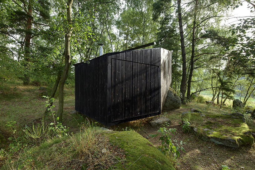 uhlik-architekti-forest-retreat-boulder-designboom-05
