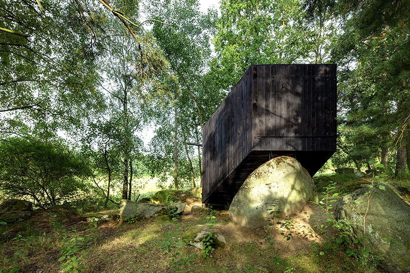 uhlik-architekti-forest-retreat-boulder-designboom-07