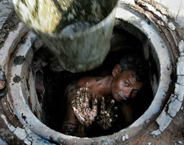 India S Sewer Cleaners Keep Working Despite Ban On Job